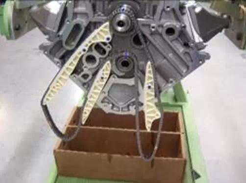 4)装配正时箱盖及发动机气缸盖(因不涉及配正时记号问题